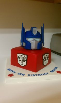 Optimus Prime Transformer Cake Optimus is rkt covered in a fondant/gumpaste mixture.I was drying the side pieces in the oven. Transformer Birthday, Transformer Cake, Candy Bar Comunion, Rescue Bots Birthday, Transformers Birthday Parties, Fiesta Cake, Transformers Optimus Prime, Cakes For Boys, Boy Cakes
