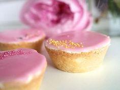 Muutama viikko sitten sain mukavan kommentin pitkäaikaiselta lukijalta blogiini. Hän kertoi omista suosikkileivonnaisistaan bebeistä... Finnish Recipes, Recipes From Heaven, Something Sweet, Party Cakes, Yummy Cakes, Food Inspiration, Cake Recipes, Cake Decorating, Sweet Tooth