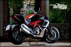 Dá uma olhada neste monstro.  A Diavel Carbon da Ducati tem um desempenho surpreendente. Com um visual custom, mas o desempenho esportivo, a Diavel faz 0 a 100 km/h em apenas 2,6 segundos, sendo impulsionada por um motor de 1.198cc que produz 162 cavalos de potência máxima.  Coragem + oportunidade = muita emoção!