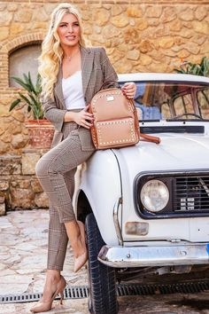 H Style, Girl Backpacks, Car Girls, Fashion Bags, White Jeans, Street Style, Style Inspiration, Stuff To Buy, Beautiful