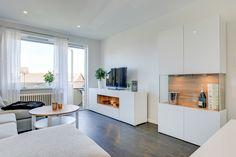 Vardagsrum i vitt med sobert mörkt golv. Notera skåpet!! Wow!