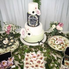 Bolo de Casamento - Mini wedding - Bolo Lousa - Bolo Romântico - Branco, verde e preto com Peonias e florsinhas