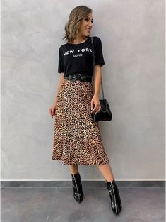 T-shirt New York Soho - T-shirt New York Soho Saia animal print, t-shirt preta, bota preta, cinto preto e bolsa de corrente - Animal Print Skirt, Animal Print Outfits, Animal Prints, Mode Outfits, Skirt Outfits, Fashion Outfits, Leopard Skirt Outfit, Safari Look, Look Fashion