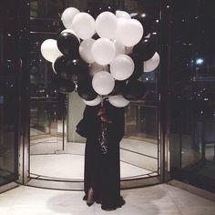 black and white balloons Mode Abaya, Mode Hijab, Muslim Girls, Muslim Women, Girl Photo Poses, Girl Photos, Black And White Balloons, Arab Swag, Hijab Style