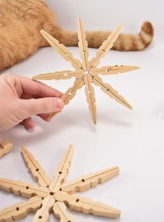 Making snowflakes - 2 instructions and 40 ideas- Schneeflocken basteln – 2 Anleitungen und 40 Ideen tinker with clothespins snowflakes handicraft - Snowflake Craft, Snowflake Ornaments, Ornament Crafts, Diy Christmas Ornaments, Christmas Gifts, Christmas Decorations, Christmas Clothespin Crafts, Snowflakes, Christmas Crafts For Kids