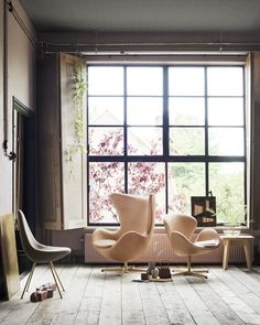 This is a special Anniversary edition of the famous Arne Jacobsen Swan chair by Fritz Hansen. Upholstered in Pure leather, with a gold plated base. Fritz Hansen, Arne Jacobsen, Pink Desk Chair, Egg Chair, Eames Chairs, Dining Chairs, Room Chairs, Dining Room, Egg Sessel