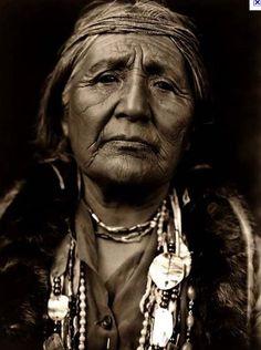 """""""Als du geboren wurdest hast du geweint und die Welt hat sich gefreut . Lebe dein Leben so, dass wenn du stirbst, die Welt weint und du dich freust.""""_ Native American, indigene Weisheit _ Photo: Mourning Dove , Salish Native American Grandmother, 1888-1936"""