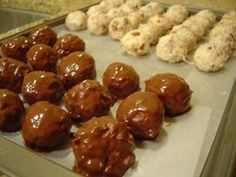 Chocolate Covered Coconut Balls Recipe - Visual Recipes Wonder if it's good without the almonds since I'm allergic? Candy Recipes, Sweet Recipes, Holiday Recipes, Dessert Recipes, Just Desserts, Delicious Desserts, Yummy Food, Awesome Desserts, Tasty