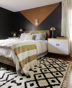 Modern cozy boho bedroom with color blocked wall, neutral and fall colors #blackbedroom #colorblocking #neutralbedroom #modernbohodecor #modernrustic #bedroomdesign #bedroomdecor