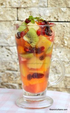 servire salata de fructe savori urbane fruid salad recipe Food And Drink, Candy, Drinks, Cooking, Recipes, Sweets, Magick, Pineapple, Rome