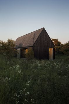 A summer house for a young family. The site on the Swedish island Gotland in the Baltic Sea is surrounded by open fields to the north and low forest in the south. Local building traditions are important in this region, as well as for the architect and ...