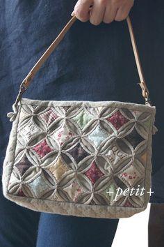 カテドラルウインドウのミニバッグ 4 : +petit+ Patchwork Fabric, Patchwork Bags, Quilted Bag, Japanese Bag, Sewing Machine Embroidery, Cathedral Windows, Pouch Pattern, Craft Bags, Fabric Bags