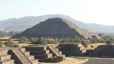 Se inició su construcción en la etapa Tzacualli (1-150 d. C.), cuando Teotihuacan comenzó a desarrollarse como ciudad principal de Mesoamérica. Tiene 63,5 m de altura. En la cúspide había un templo y una estatua de un ídolo de grandes proporciones; ahora tan sólo queda una plataforma cuadrada de superficie un tanto irregular. Su núcleo es de adobe y antiguamente, estaba toda recubierta de pinturas sobre estuco. Por su ubicación, cierra la Avenida de los Muertos en uno de los ejes.