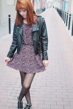 Para esse look Girlie Rock, estou usando um vestido da loja Forever 21 com estampas florais lindas das cores rosa e lilás, meia calça, sapatênis, uma bolsinha de lado da loja Gusto Peruano e para ficar com estilo mais rock o que não pode faltar é a jaqueta de couro né?!