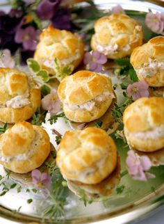 Elegant Brunch ❋ Salmon and Dill Profiteroles. Similarly, try doing salty eclairs Tea Recipes, Cooking Recipes, Tapas, Bon Dessert, Champagne Brunch, Afternoon Tea Parties, Tea Sandwiches, Le Diner, Appetisers