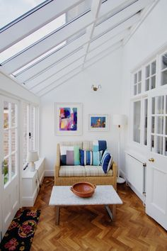 Surf pictures of sunroom styles and also decoration. Discover ideas for your 4 periods room enhancement, including inspiration for sunroom decorating and designs. Small Conservatory, Small Sunroom, Small Rooms, Small Spaces, Patio Interior, Interior Design, Sunroom Decorating, Sunroom Ideas, Porch Ideas