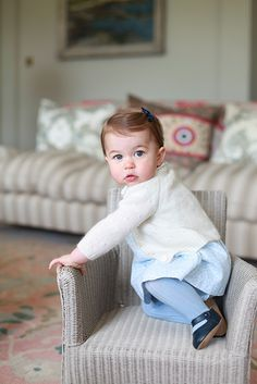 Princess Charlotte shows she is a big girl by walking for 1st birthday picture - Photo 3