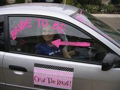Vergeet de auto niet te versieren voor het vrijgezellenfeest! Zoals hier met een pijl om de bruid aan te duiden! Planning a bachelorette party
