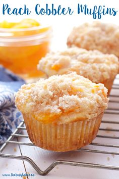 Peach Cobbler Muffins are the perfect sweet snack! This is such an easy recipe that taste's just like Grandma's peach cobbler! And the best part? They're even easier to make than a traditional cobbler and have the perfect crumble topping! Just Desserts, Delicious Desserts, Dessert Recipes, Yummy Food, Cupcake Recipes Easy, Easy Baking Recipes, Morning Glory Muffins, Food Cakes, Cupcake Cakes