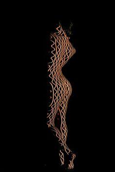 Corps Célestes – Des lignes géométriques projetées sur des corps sensuels (image)