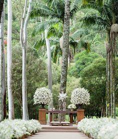 A decoração da cerimônia decorada por @fabioborgatto1 e @telmahayashi  Simples e linda e em harmonia com a natureza da @fazendavilarica !  Mais no blog: www.constancezahn.com  { Assessoria: @alligareweddingplanner | : @danipicoral } #casamento #weddingdecor #cerimonia