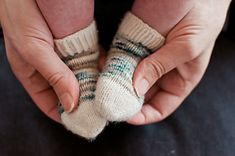 Sweet little toes need sweet little socks, and this free baby sock knitting pattern will be your favourite foot warmers. A quick knit for gifts, they pair perfectly with our Baby Beeanie. Baby Knitting Patterns, Baby Hats Knitting, Baby Patterns, Knitting Socks, Knit Socks, Free Knitting, Crochet Patterns, Knitted Baby Boots, Baby Booties