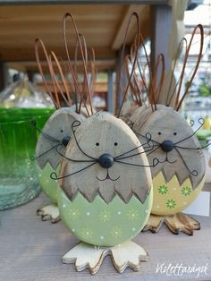 Nice Easter idea - Bunny Made with old wood - Painted wood Diy Spring Wreath, Spring Crafts, Holiday Crafts, Easter Projects, Easter Crafts, Wooden Crafts, Diy And Crafts, Diy Easter Decorations, Wood Projects
