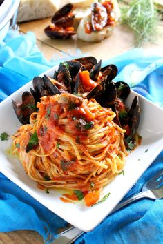 Mussels Linguine with Tomato Fennel Sauce. The mussels are smothered in a spicy, chunky tomato fennel sauce. Easy and delicious for any day of the week. Seafood Dishes, Fish And Seafood, Pasta Dishes, Pasta Food, Fish Dishes, Food Food, Fish Recipes, Seafood Recipes, Cooking Recipes