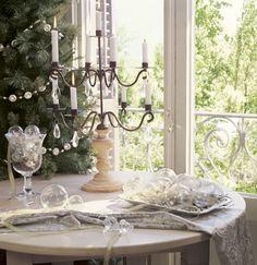 Candelabro de cristal junto a árbol de Navidad y bolas transparentes_185563