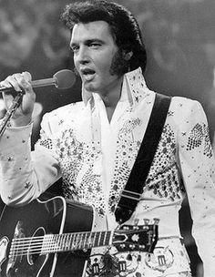 Elvis Presley-Cuando se anunció su muerte, el 16 de agosto de 1977, un hombre muy parecido a Elvis compró un pasaje de avión a Buenos Aires, pagó en efectivo y dijo llamarse John Burrows. El mismo alias usado por el cantante en varios momentos de su vida. Su muerte es todo un enigma, sin embargo, es leyenda por ese hecho, por la revolución musical que desarrolló en la década del `50 y por su excéntrica forma de comportarse