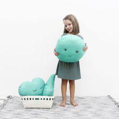 Cojín Sol Verde Jade de la colección Criaturas, la cual está creada para inspirar, jugar y soñar. Para niños de 0 a 99 años. Hecho en España de manera.