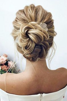 top pick 30 Stunning Wedding Hairstyles Ideas in Just like treding wedding decor, wedding hairstyles also change with each passing year. (Need proof? Just take a look at your mom's wedding photos, fe. Classic Wedding Hair, Short Wedding Hair, Wedding Hair And Makeup, Wedding Updo, Timeless Wedding, Wedding Hair Buns, Formal Wedding, Trendy Wedding, Summer Wedding