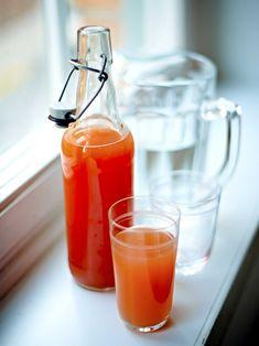 Apelsinsaft — När apelsinerna är som finast är det härligt att spara lite på flaska. Blanda olika sorters apelsiner, eller välj blonda eller enbart blodapelsin, då kan det blir en riktigt mörkröd saft. Jag väljer ofta att ha i den färskpressade juicen sist för att få lite fruktkött i, men hållbarheten blir då inte lika lång. Vill man undvika citronsyra i sin saft så frys in den och ta ut vartefter den går åt. Tillsätt då ca 1/2 dl citronsaft för att få upp lite syra. Chutney, Pesto, Scandinavian, Juice, Homemade, Vacation, Vacations, Home Made, Juices