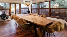 Tøndeformet bord i plank Wood Supply, Dining Table, Dining Rooms, Interior Design, Furniture, Diy Wood, Tables, Home Decor, Chairs