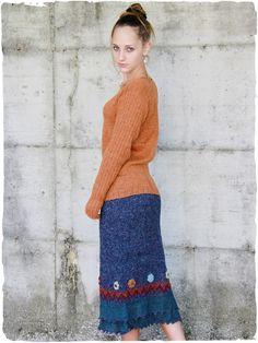 59107171f04d Gonna Mirella  Gonna lavorata a mano a filo semplice in alpaca  bouclè.  Disegno  etnico e  ricamo  floreale.  modaetnica  ethnicalfashion   alpacaswhool ...