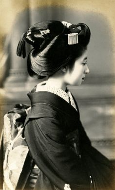 "Hairstyle ""Originally believed to be worn by married women of the merchant class during the late Edo period starting in the Meiji era the sakkou was the hairstyle worn by apprentice geisha in the weeks leading up to their debut as full-fledged geisha. Japanese Kimono, Japanese Girl, Kimono Japan, Era Edo, Edo Period, Vintage Photographs, Vintage Photos, Memoirs Of A Geisha, Japanese Hairstyle"