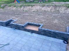 Bank in Mauer mit Stauraum