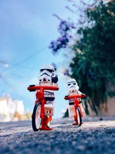 - little stormies. - - New Ideas Star Wars Toys, Star Wars Art, Lego Star Wars, Lego Moc, Deco Lego, Lego Poster, Lego Stormtrooper, Starwars Lego, Legos