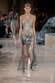SS16 Womenswear Haute Couture by Iris Van Herpen Van Herpen – a pioneer of 3D-printed couture – presented her Quaquaversal ready-to-wear collection for Spring Summer 2016 during Paris Fashion Week, earlier this week.