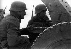 1941, Union Soviétique, Bataille de Moscou, Des hommes de la Légion des volontaires français contre le bolchevisme ou LVF (Infanterie Regiment 638 pour la Wehrmacht) en position derrière leur PaK 35/36