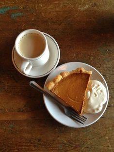 Coffee break (with pumpkin pie) - Ana Rosa Autumn Cozy, Happy Autumn, Autumn Tea, Autumn Rain, Autumn Harvest, Think Food, Fall Recipes, Pumpkin Spice, Chocolates