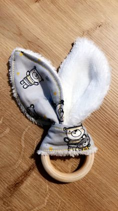 Hochet - anneau de dentition.    Suivez moi sur Facebook : Pauline et sa bobine Moccasins, Etsy, Flats, Facebook, Shoes, Penny Loafers, Loafers, Zapatos, Shoes Outlet