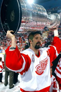 DETROIT RED WINGS 1997 STANLEY CUP CHAMPIONS BRENDAN SHANAHAN HOISTS THE STANLEY CUP