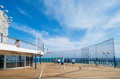 En cuanto a deportes el barco cuenta con cancha de Baloncesto, pared de escalar y gimnasio.
