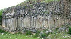 Coloanele de bazalt sunt situate in localitatea Racosul de Jos, din dreapta Vaii Oltului, la iesirea din defileul taiat de acesta in Muntii Persani, judetul Brasov. Au fost declarate rezervatie naturala de tip geologic inca din anul 1962.  Coloanele de Bazalt de la Racos (sau Bazaltele de La Racos) reprezinta o rezervatie geologica in care bazaltele apar sub forma unor coloane verticale, avand inaltimi cuprinse intre 10-15 m. Aceste formatiuni de o rara frumusete au luat nastere ca urmare a raci Romania, Amazing