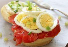 卵とトマトとエシャロットのサンドウィッチ  スライスしたゆで卵とトマトとエシャロットをお好みのパンに乗せれば出来上がりの速攻サンドウィッチです。前日にゆで卵を作っておけば数分で出来上がり。寝坊した朝でも大丈夫です。