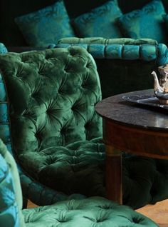 Tufted chairs in an emerald green velvet – what a beautiful color! La Réserve P… Tufted chairs in an emerald. Blue And Green, Emerald Green, Emerald Colour, Royal Green, Emerald City, Color Blue, Estilo Dandy, Stars Wallpaper, Deco Baroque