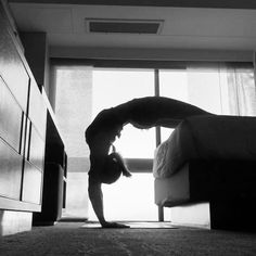 """Video esercizi x verticale """"Mi piace"""": 6,774, commenti: 130 - Kerri Verna (@beachyogagirl) su Instagram: """"Have you ever heard the saying """"help isn't help unless it is asked for""""? The first time I heard…"""""""
