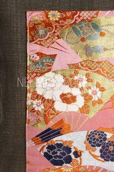 Borsa con doppio manico rigido, pezzo unico realizzato a mano. Materiali: lino con inserto in seta di kimono giapponese anni '50-'60. I manici sono in legno laccato