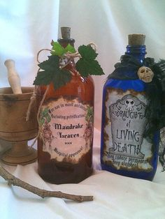 Mandrake Leaves Living Death 2 poison potion bottles for drinks Halloween Ii, Halloween Party Themes, Halloween Crafts, Harry Potter Wizard, Harry Potter Diy, Halloween Potion Bottles, Witch Bottles, Halloween Apothecary, Bottles And Jars